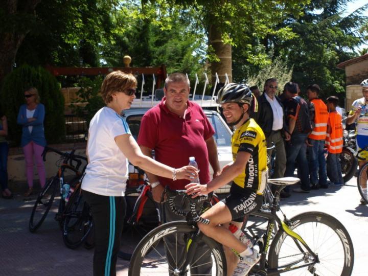 El director de la prueba, Félix Alonso, con el corredor del Club Ciclista Harense, Néstor Goicoechea