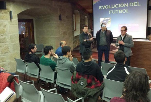 Raúl Berrueta en la presentación del curso de monitor de fútbol base en Haro