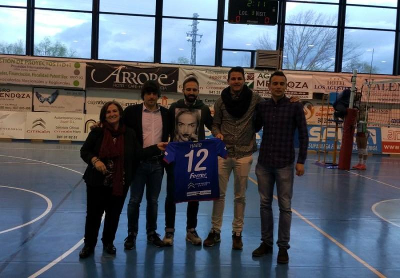 Águeda Crespo, directivo del Haro Rioja Voley, entrega a Carmelo Salazar, Aimar, Javi Pérez y Palacios una camiseta del equipo de Superliga