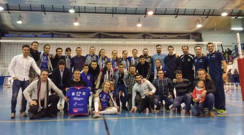 Foto de familia con jugadores, jugadoras, directivos y técnicos de Haro Rioja Voley y Haro Deportivo