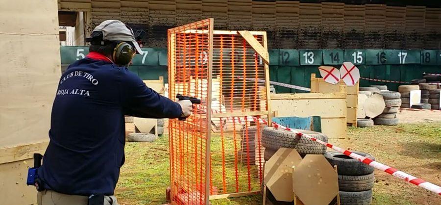 Un tirador del Club de Tiro Rioja Alta en plena prueba de recorridos de tiro