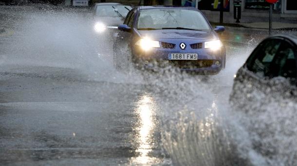 temporal_lluvia_coche_carretera_foto