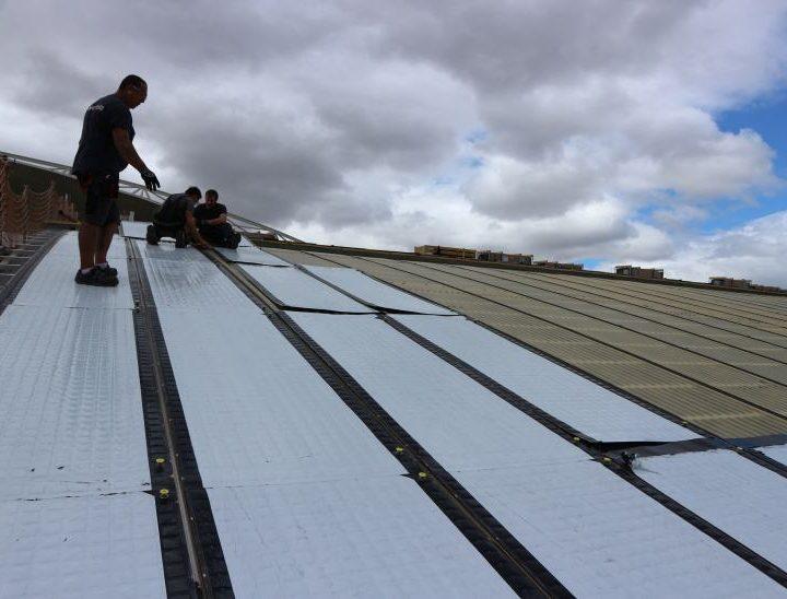 Placas solares de la piscina cubierta