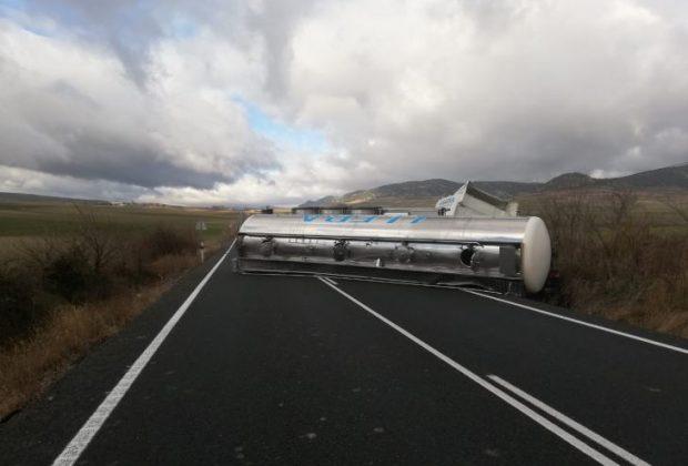 Camión volcado en la N-232
